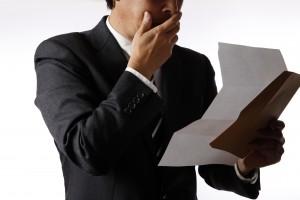 手紙を読むビジネスマン