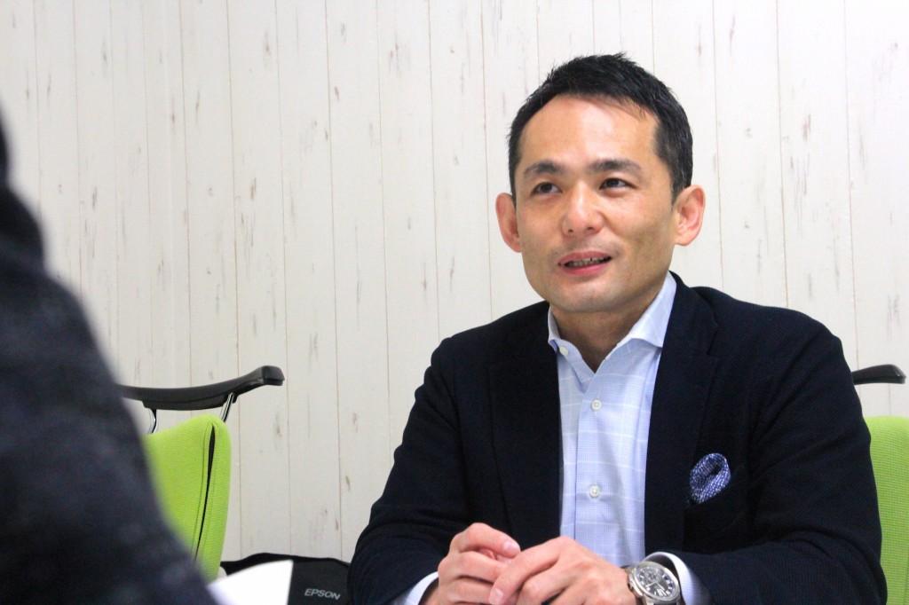 株式会社ティエヌの代表取締役社長山口親太さんのインタビュー中の笑顔