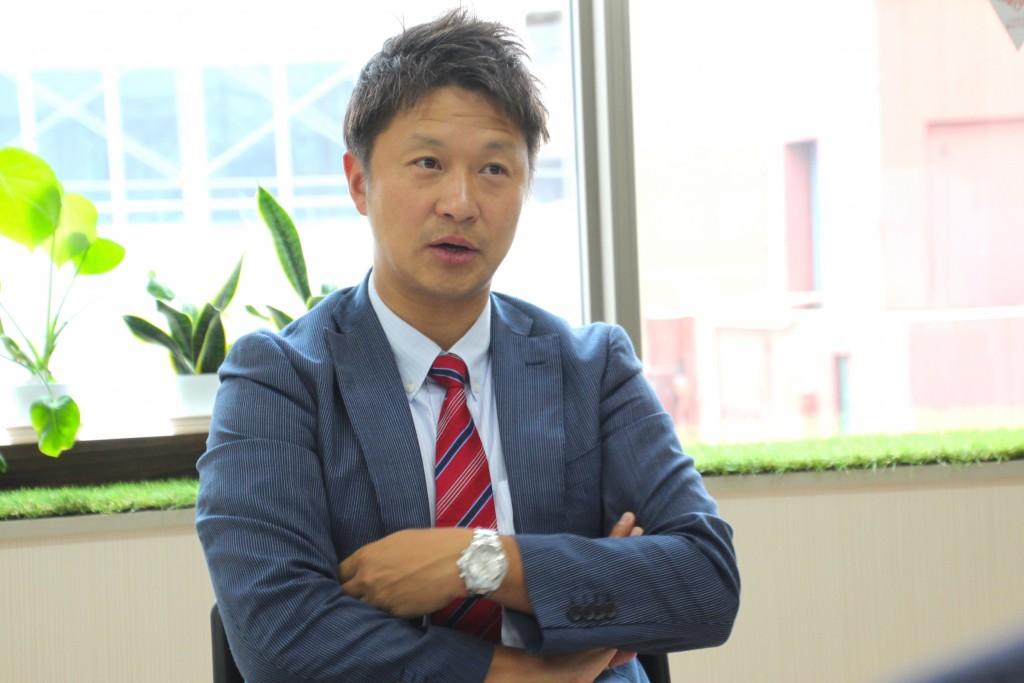 SEの教育に定評のある株式会社システムシェアード 代表取締役社長の徐 日柱(ジョ イルチュ)さんのインタビュー中の様子