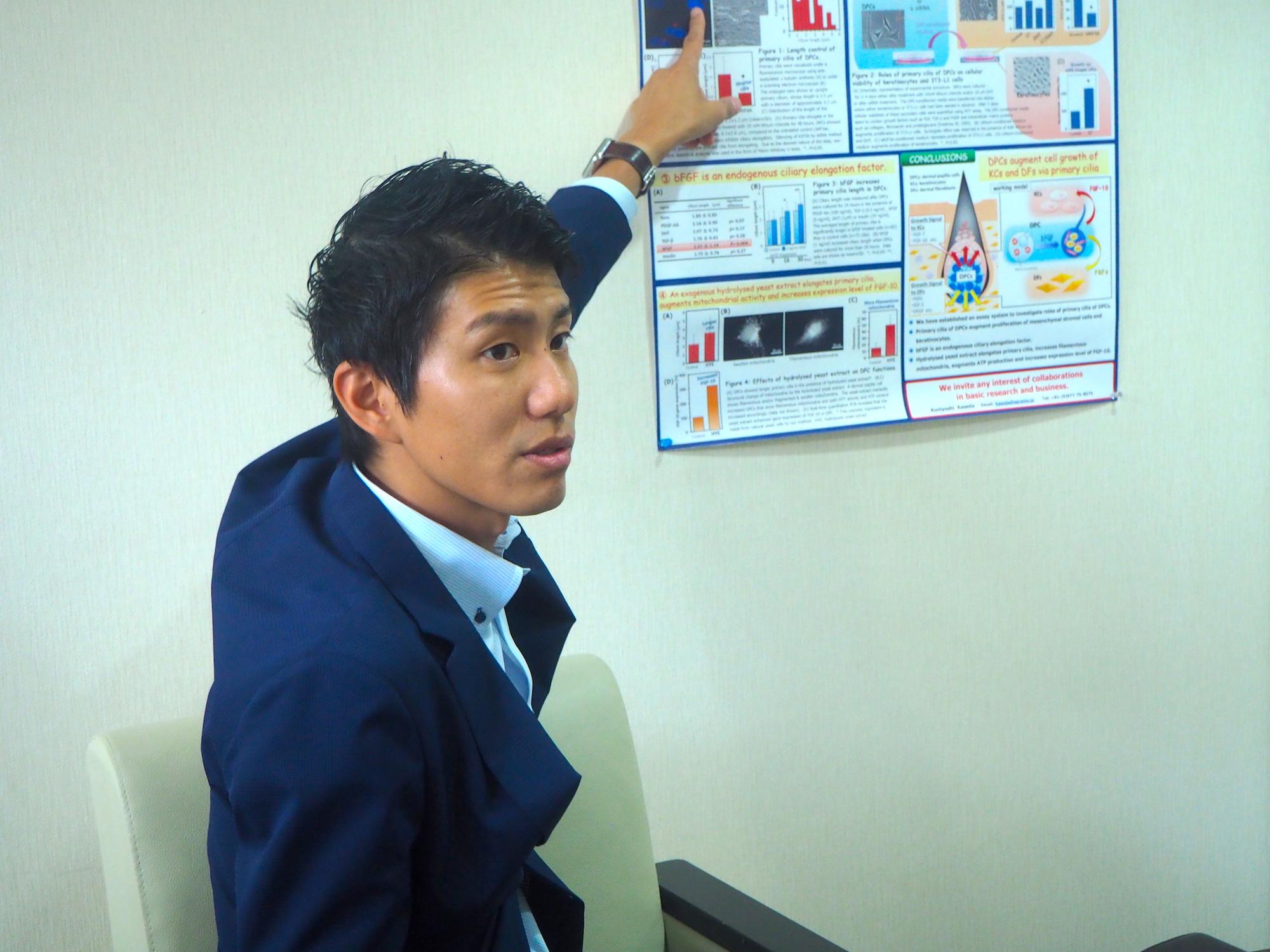 研究内容の説明をするサラヴィオ化粧品の濱田代表取締役社長