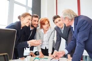 高齢者雇用の労務管理とは?定年年齢引き上げや継続雇用のポイント